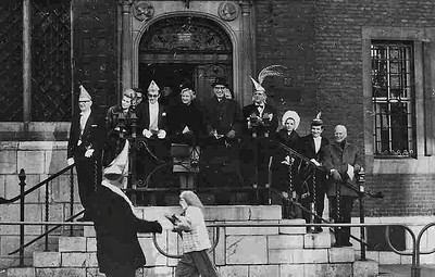 Stadhuis met Burgemeester de Graaf (rechts boven)  en oud-burgemeester Hustinx (geheel rechts onder)
