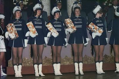 Pronkzitting vijtien jarig bestaan van de Vrolijke Heikneuters met de dansgarde De Heivosjes