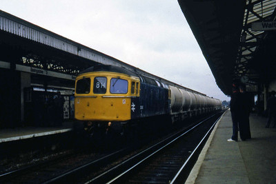 33043 arrives at Basingstoke with an unidentified 'Up' freight working (24/08/1982)
