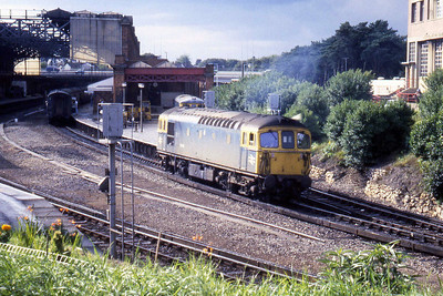 A busy scene at Bournemouth as 33118 is detached from the afternoon Weymouth Quay - Waterloo Channel Islands Boat Train (27/08/1982)