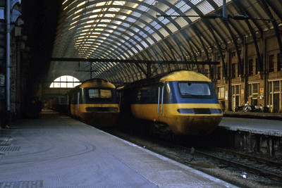 43103 and 43075 stand side by side at the country end of Kings Cross (18/09/1982)