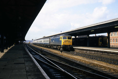 47202 arrives at Reading with an unidentified inter-regional service. In the bay to the right is single-car Parcels unit W55991 (08/04/1982)