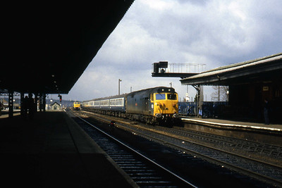 50018 'Resolution' arrives at the west end of Reading station. 47567 is just visible in the distance awaiting the arrival of an inter-regional service (08/04/1982)