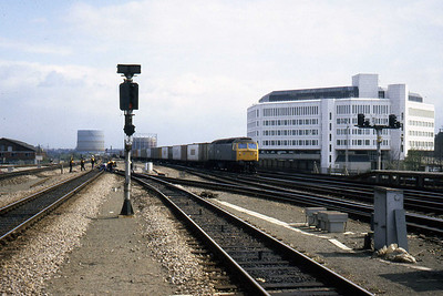 47345 passes through Reading with an intermodal working (08/04/1982)