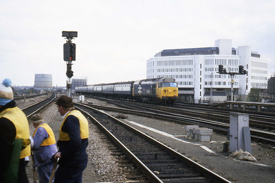 A P-Way gang seem quite righty focused on the Relief lines as 50008 'Thunderer' arrives at Reading on the down main with a train from Paddington (08/04/1982)