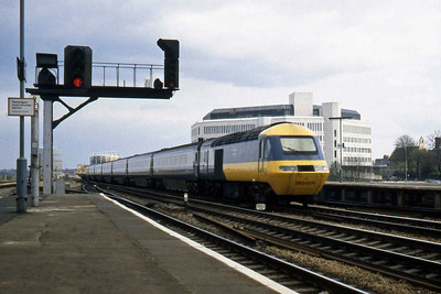 Power cars 43050 and 43051 top-and-tail HST set 253025 on the approach to Reading with a westbound service (08/04/1982)