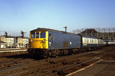 73112 makes its way towards the Carriage Sidings at Clapham Junction with an ECS working (22/02/1983)