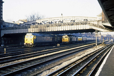 50017 'Royal Oak' rather appropriately passes Royal Oak Underground station with an unidentified Paddington-bound train during the morning peak. 50023 and 47549 occupy the engine siding (22/02/1983)