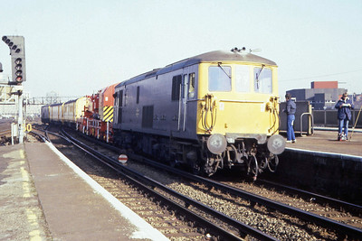 Another view of 73122+73108 departing back towards London with their crane and support vehicles (22/02/1983)