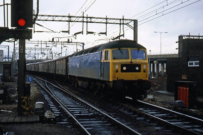 47124 is pictured on the approach to Bescot station with a southbound freight working (10/01/1983)