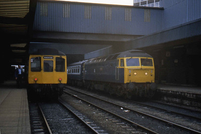 47406 pauses at Leeds with 1E59 an hour so later alongside a '110' DMU bound for Manchester Victoria (22/07/1983)