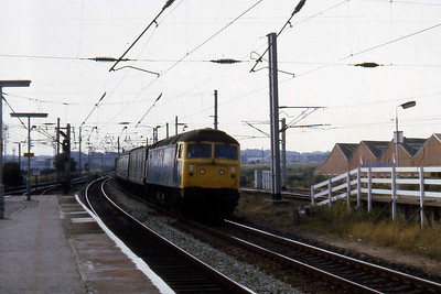 47353 speeds through Warrington Bank Quay with a northbound parcels train (22/07/1983)