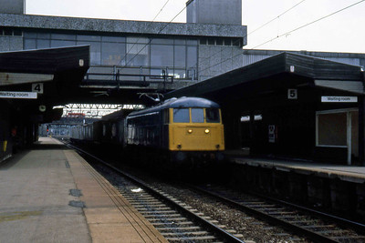 85021 passes through PLatform 5 at Stafford with a short intermodal train (22/07/1983)