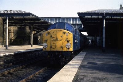 40015 arrives at Bingley with 1M26 1600 Leeds - Carlisle (25/04/1984)