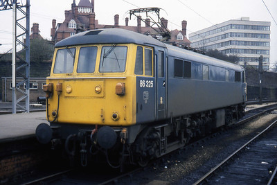 86325 readies itself to work forward from Preston on 1Axx 1527 Blackpool North - Euston (19/04/1984)