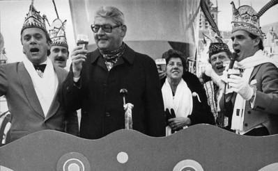Eerste Gemeentepilsje op de Blauwe Steen met Burgemeester Frans Hermsen en rechts zijn vrouw