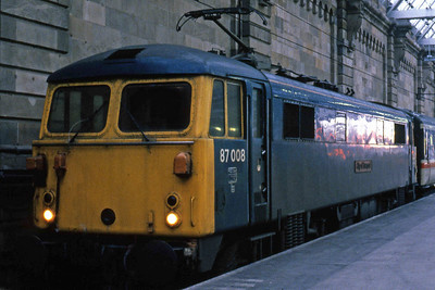 87008 'City of Liverpool' is pictured on arrival at Glasgow Central with 1S57 0945 ex-Euston (26/01/1985)