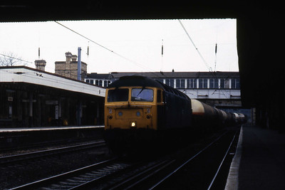 47189 passes through the centre road at Lancaster with a train of ammonia tanks bound for Heysham (04/05/1985)