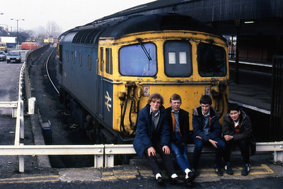 33114 and friends pose for the camera at Salisbury whilst waiting for the arrival of 33008 on the 1210 Portsmouth - Cardiff (09/03/1985)