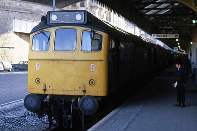 25296 + 25286 are pictured again on arrival at Edinburgh Waverley with 1Z09 (19/08/1985)