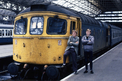 A couple of Yorkshire folk pose alongside 33010 at Manchester Piccadilly prior to the departure of 1V05 1345 to Cardiff Central (19/10/1985)