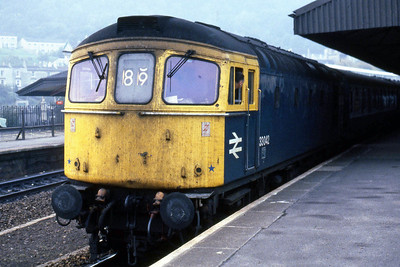 33042 calls at Bath Spa with 1O65 0640 Cardiff - Portsmouth (26/10/1985)