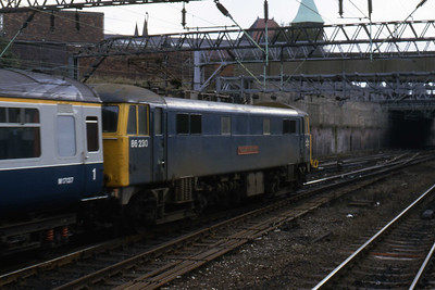 86230 'The Duke of Wellington' departs Stockport with 1G06 1135 Manchester Piccadilly - Birmingham New Street (29/10/1985)