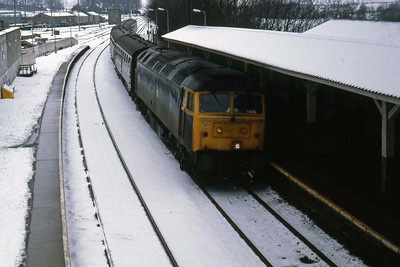47049 arrives at Huntly with 1H29 1140 Aberdeen-Inverness (15/02/1986)