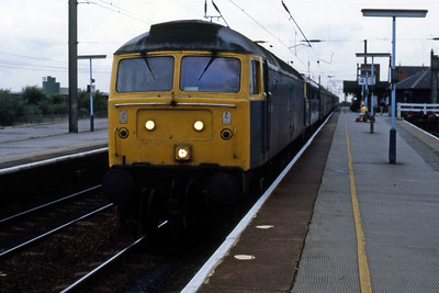 47150 arrives at Wigan North Western with the 1555 Blackpool-Birmingham. The 'Brush' dragged 85034 from Preston to Warrington due to an unplanned overhead power isolation (03/08/1986)
