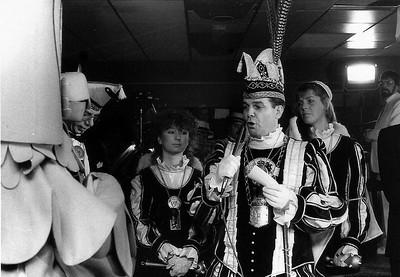Meneer de Uil van de Fabeltjeskrant wordt toegesproken door Prins Ger den Eerste