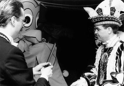 Meneer de Uil met Hans Alders in gesprek met Prins Ger den Eerste