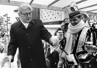 Tappen van het Eerste Gemeenstepilsje op de Blauwe Steen samen met burgemeester Frans Hermsen