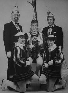 Kabinet van Jeugdprins Luciano den Eerste (D'Agnalo Vallen) met van links naar rechts: Adjudant Nol Glaser, Page Hanneline Adriaanse, Jeugdprins Luciano den Eerste, Page Marion Benders en Adjudant Chris Boerboom