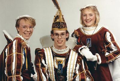 Jeugdprins Erwin den Eerste met zijn pages: Liesbeth Boef (links) en Saskia Stal