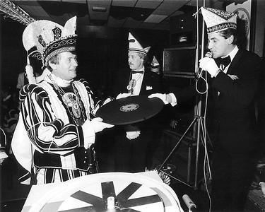 Prins Harm den Eerste  krijgt hier bij Kiek ze Kieke symbolisch een L.P. met de liedjes van het 22ste Schlagerfestival.