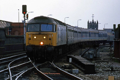 47413 arrives at Manchester Victoria with 1E08 1103 Liverpool - Newcastle (09/01/1988)