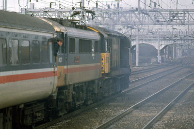 With 86217 in tow, 58009 powers away from Nuneaton with the diverted 1J32 0940 Euston - Shrewsbury (24/01/1988)