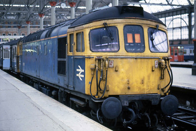 33118 stands at the country end of London's Waterloo station after arriving with 1L02 0748 from Salisbury. The train is formed of a '4TC' set with which the '33' was operating in 'push-pull' mode (13/02/1988)