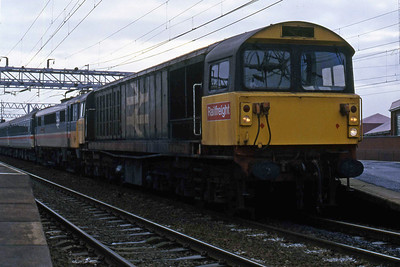 Having been attached to the front of 86217 for the short run over the non-electrified route to Birmingham, 58009 waits to depart from Nuneaton with 1J32 0940 Euston - Shrewsbury (24/01/1988)