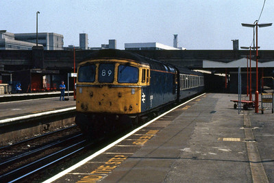 33009 departs from Southampton Central with 1V62 1210 Portsmouth - Cardiff (14/05/1988)