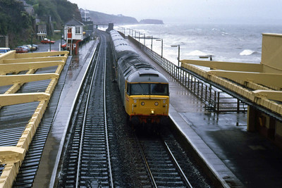 In typical Bank Holiday weather, 47186 speeds through Dawlish with 1C41 1205 Paddington - Penzance. The 'no'heat' machine worked the train between Westbury and Plymouth as a result of a failure (28/05/1988)