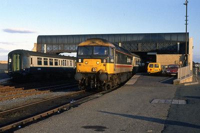 47525 is pictured on arrival at Stranraer Harbour with 1Sxx 1035 ex-London Euston (13/09/1988)