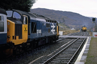 Rush hour at Strathcarron! 37416 waits patiently with 2H83 1010 Inverness - Kyle of Lochalsh, whilst in the distanve 37421 approaches at the head of 2H82 1128 Kyle - Inverness (06/01/1989)