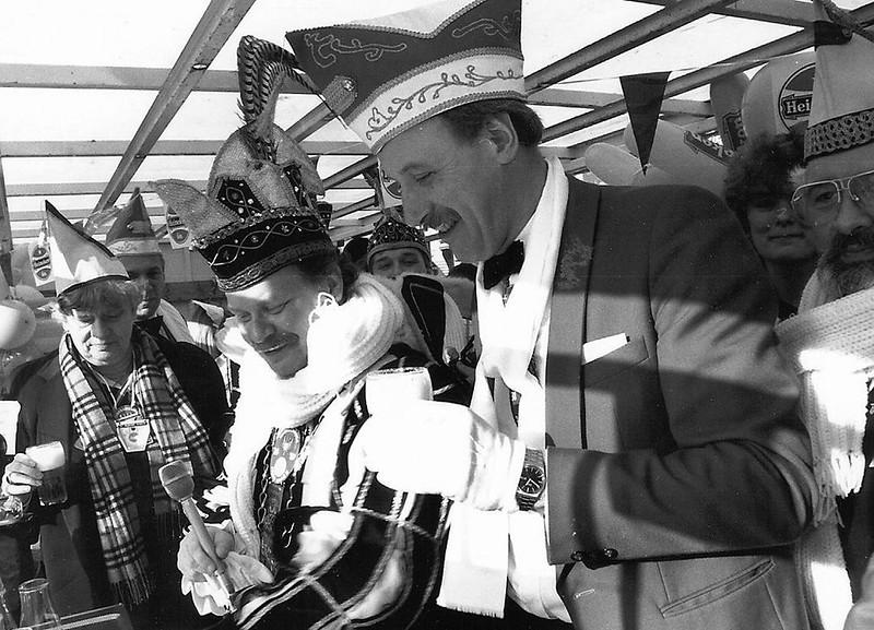 Het eerste pilsje tappen in de Hostent onder toeziend oog van Burgemeester Ien Dales.