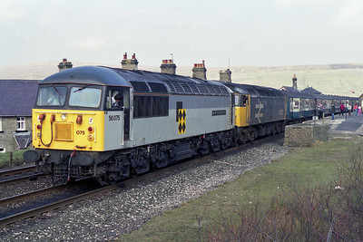 56075 'West Yorkshire Enterprise' is pictured during the by now customary photo stop at Garsdale whilst piloting 47453 on 1E11 1242 Carlisle - Leeds (17/03/1990)