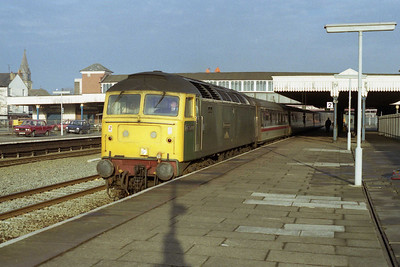 47500 'Great Western' arrives at Rhyl with 1D48 1135 Euston-Holyhead. Despite still carrying its 'GWR' green livery applied for the 150th anniversary celebrations in 1985 the loco was now based at Crewe and was a regular performer on the route (23/01/1991)