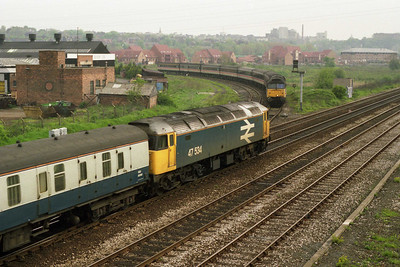 47973 is held on the curve at Lenton South Junction with 1T32 0840 Alfreton-Wembley as 47534 passes beneath the overbridge on its way into Nottingham (18/05/1991)
