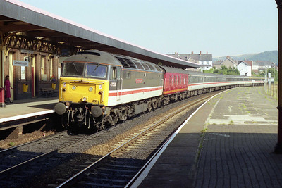 An hour or so later 47550 'University of Dundee' arrives at Llandudno Junction with 1D48 1135 Euston-Holyhead (30/08/1991)