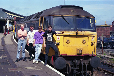 Having run round, 47325 waits to return from Holyhead with 2J35 1354 to Manchester Victoria. Some of the train's happy customers pose alongside (03/08/1991)