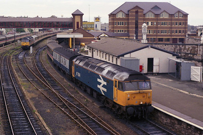 47564 waits to set out from Holyhead with the SuO 1A18 0936 to London Euston. To the left is 47528 with the stock for the 1330 departure (11/08/1991)